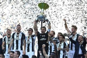 Gianluigi Buffon lifts the 2017 Serie A trophy